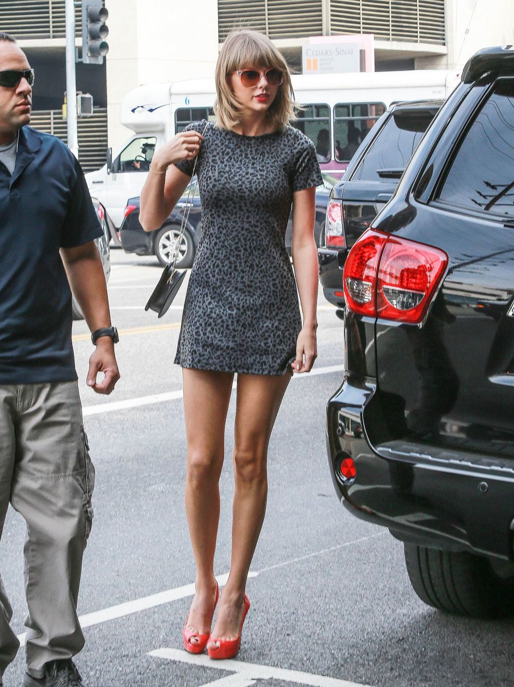 taylor-swift-in-mini-dress-out-for-lunch-in-los-angeles-march-2015_4.jpg