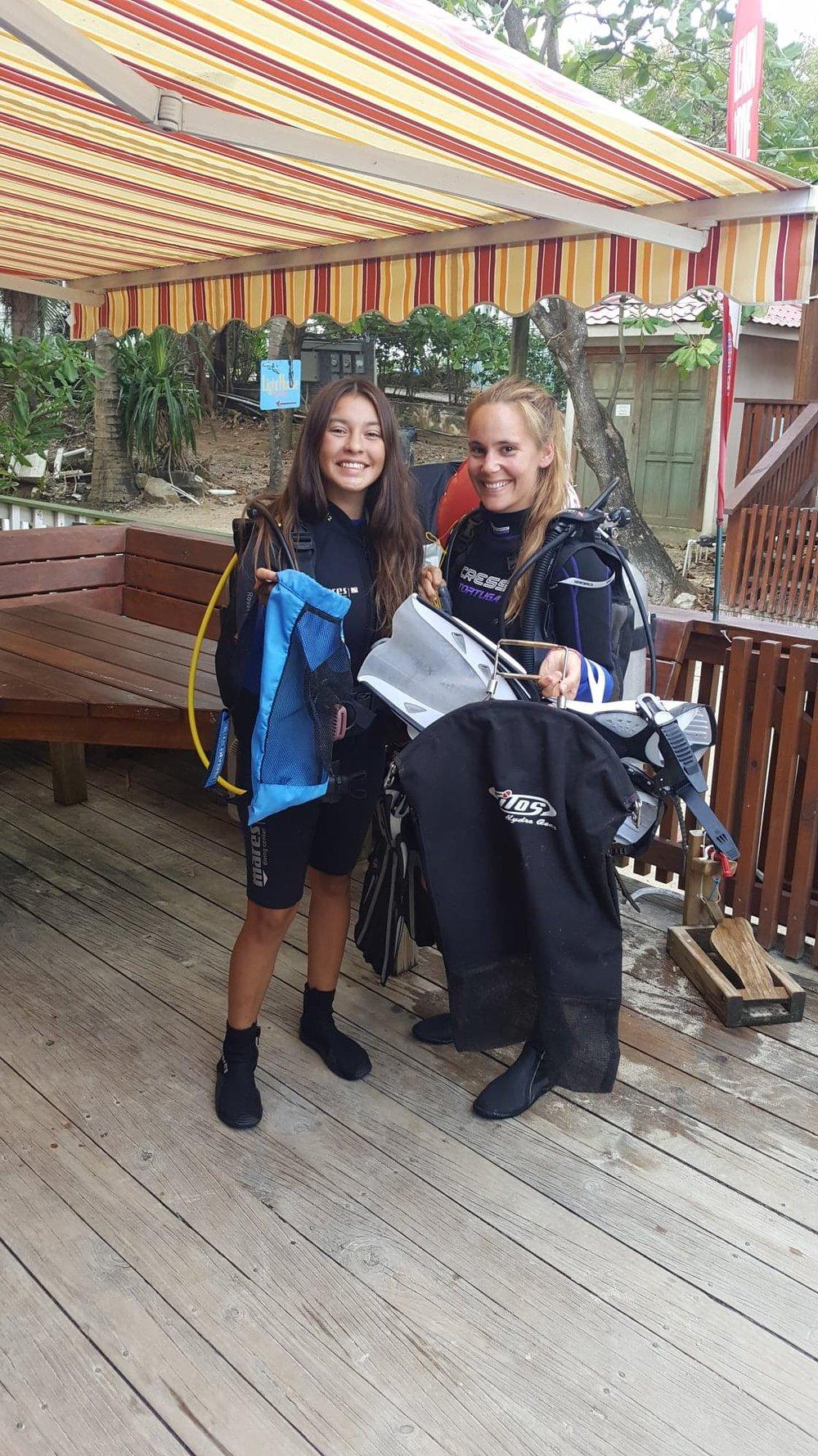 100% AWARE Roatan Divers