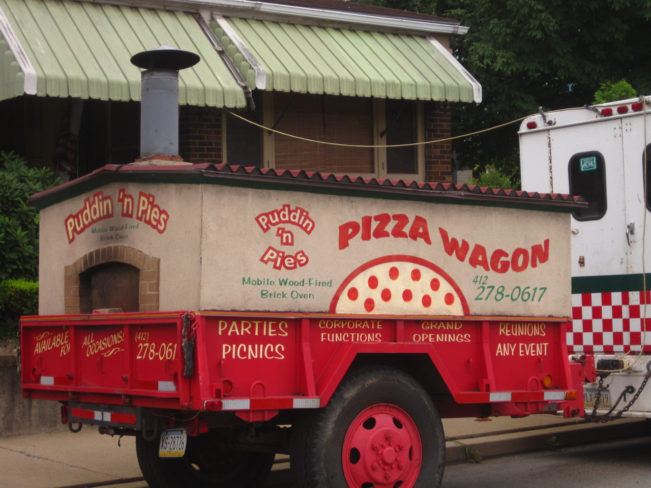 "pittsburghisbeautiful: Van pulling ""The Pizza Wagon"" in Carnegie. Offers puddin 'n pies with a wood fired brick oven. Good for parties, picnics, corporate functions, grand openings, reunions, or any event."