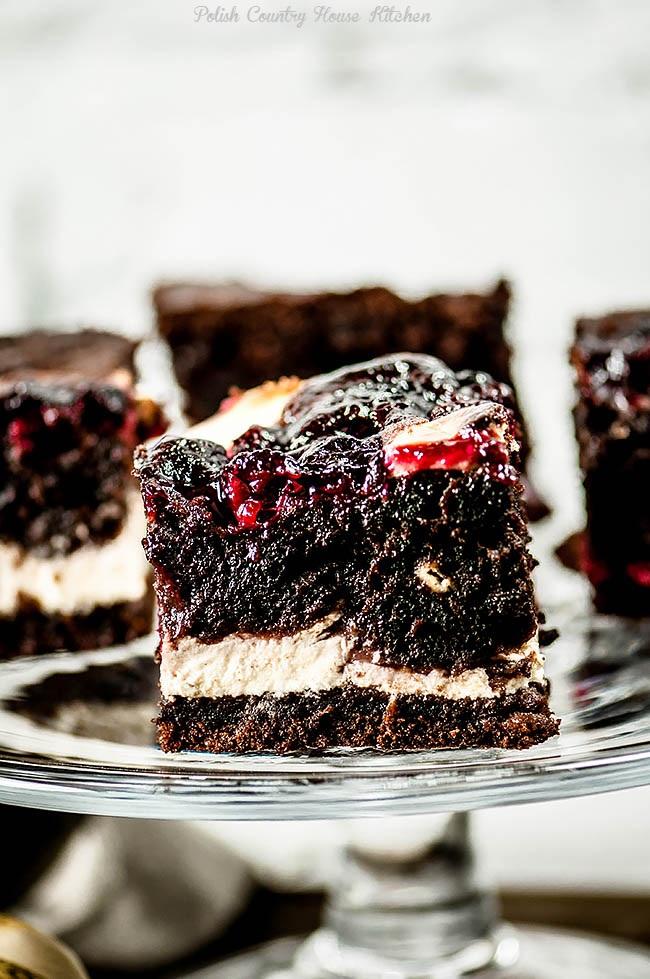Wilgotne ciasto czekoladowe z serem waniliowym i wiśniami