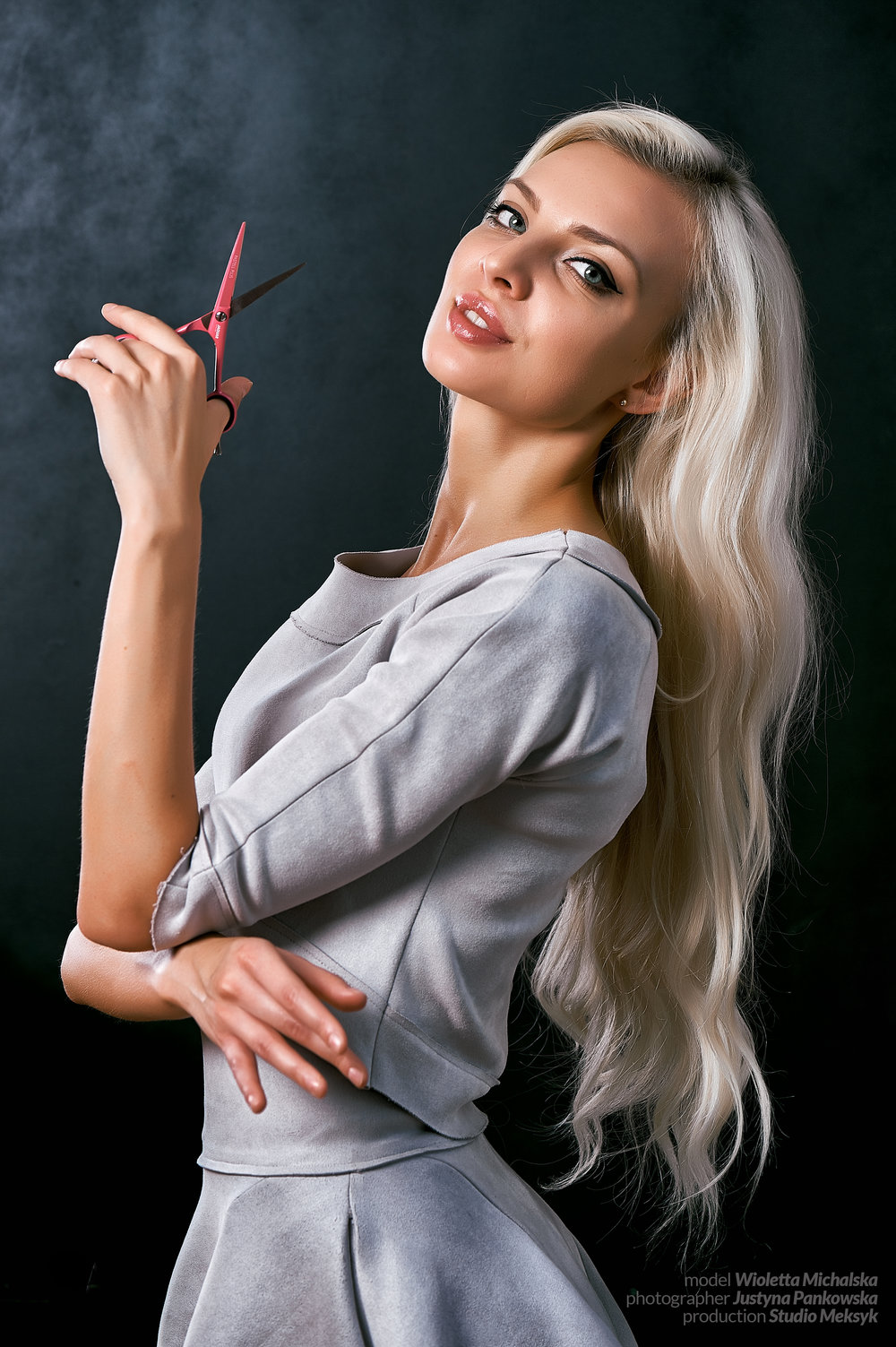 , Wioletta Michalska, portrait, blonde, hairstyle, makeup, natural,  beauty, girl, hot, sexy, sensual, photo, peaple, phoptography, Justyna Pankowska, Studio Meksyk,,nożyczki, mniejszeor.jpg