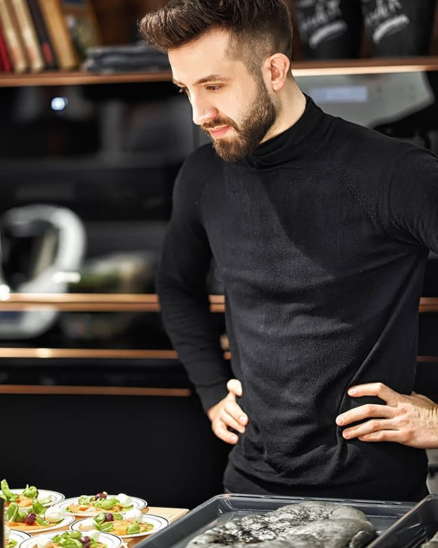 Reportage Photo: @justyna_pankowska Chef @lukasz_kawaller_chef for @maxfliz and @smeg_polska in @spodekkatowice  #katowice #design #kitchen #blackkitchen #reportage #reportaż #nikon #cook #chef