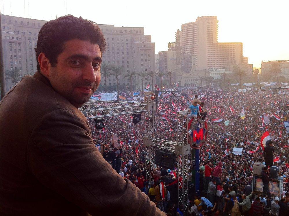 Montaser Marai during Aljazeera coverage of Arab Spring in Al Tahrir square in Egypt - January 2011    أنا.. من أنا ؟  أنا ساعةُ العصف الجَميلِ، أنا هُبوبُ الزَّوبعَةْ  وأنا صُعودٌ في الفضاءِ، أنا الحُدودُ المُشْرَعَةْ  وأنا البَيارقُ وَالبَيادقُ وَالفصولُ الأربعَةْ  في لحظة تَلِدُ الزَّمانَ ولا يُطَوِّقُها الزمانُ  وأنا المكانُ لكل من عَزﱠت مراميه وضاق به المكانُ  وأنا مُشاعٌ للعصافير النبيلَةْ  وأنا شِراعُ المُبحرين إلى الشُّطوط المُستحيلَةْ  وأنا فَراشٌ دائرٌ..  أنّى تدور به جَديلَةْ    * شعر د. وليد سيف - الحب ثانيةً