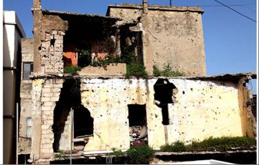 آثار الرصاص وندوب الحرب الأهلية في مخيم صبرا وشاتيلا للاجئيين الفلسطينيين في لبنان.