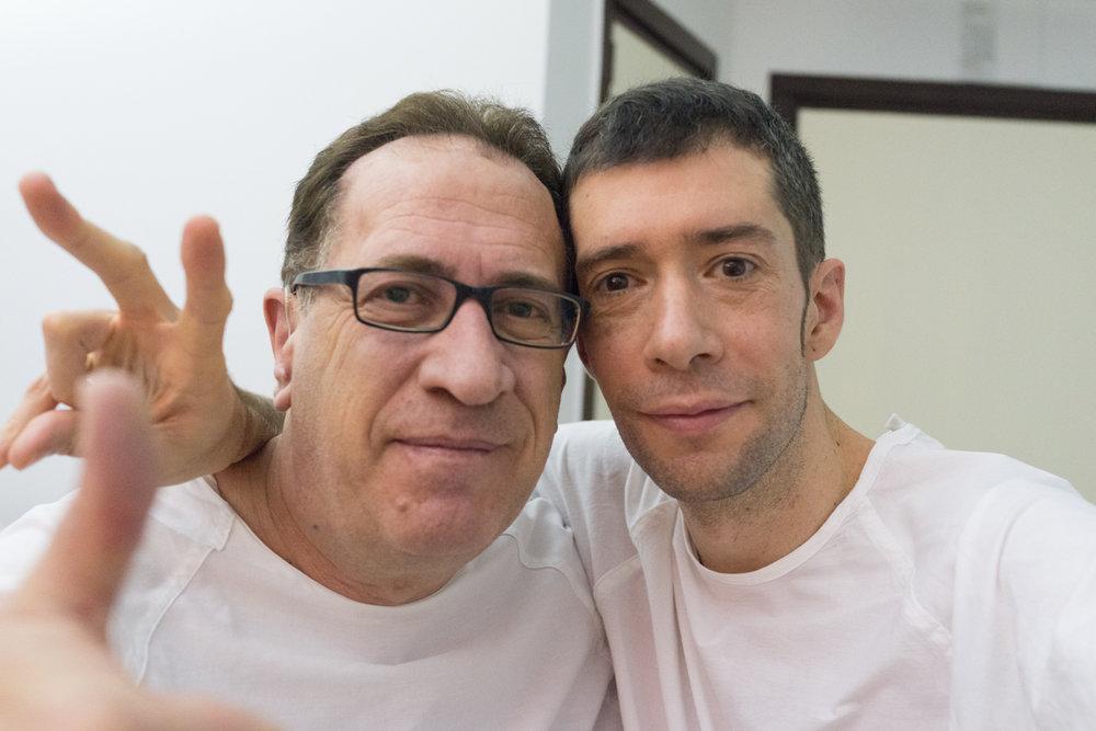 Mi compa Raúl y yo, momentos antes de entrar al quirófano para nuestras intervenciones.