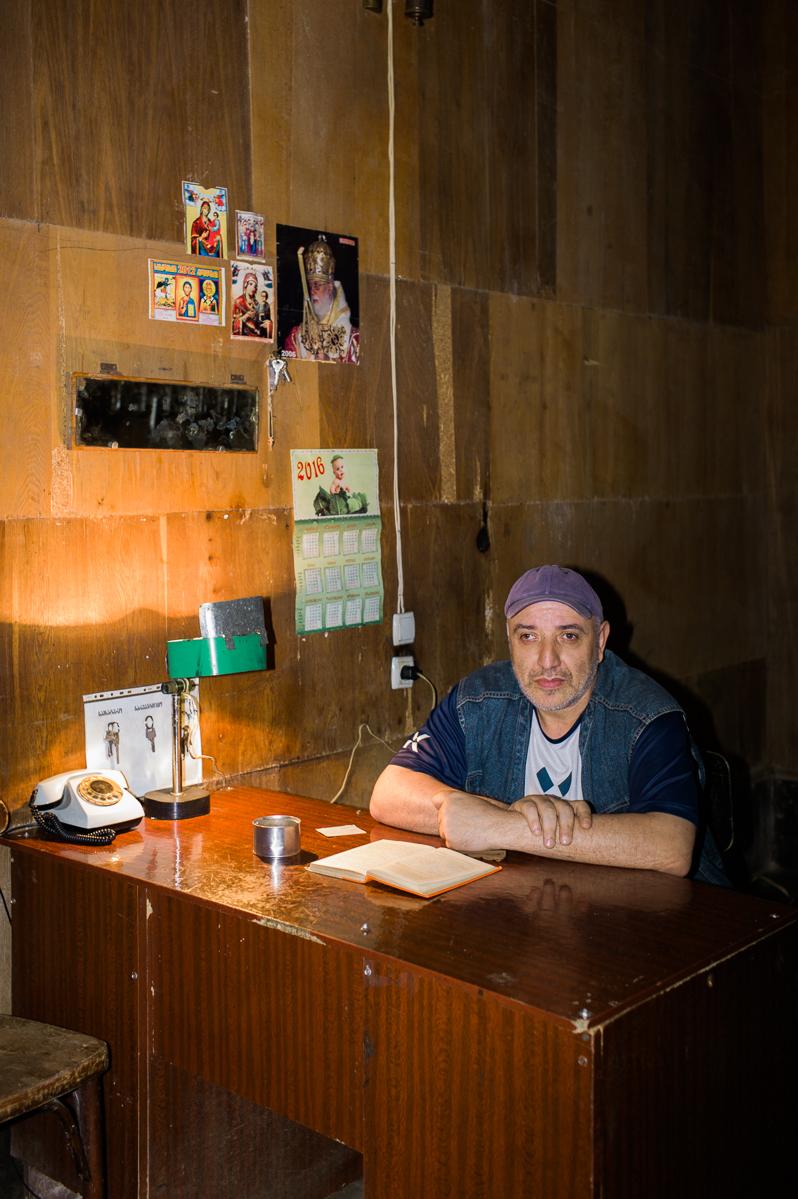 Giorgi arbeitet seit 20 Jahren als Hauswart in dem Theater. Im Moment der Aufnahme liest er 'Die Welt von Gestern' von Stefan Zweig.
