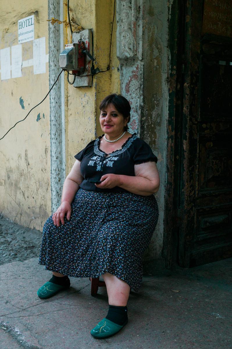 Steuerfrau in der Talstation der letzten Seilbahn.