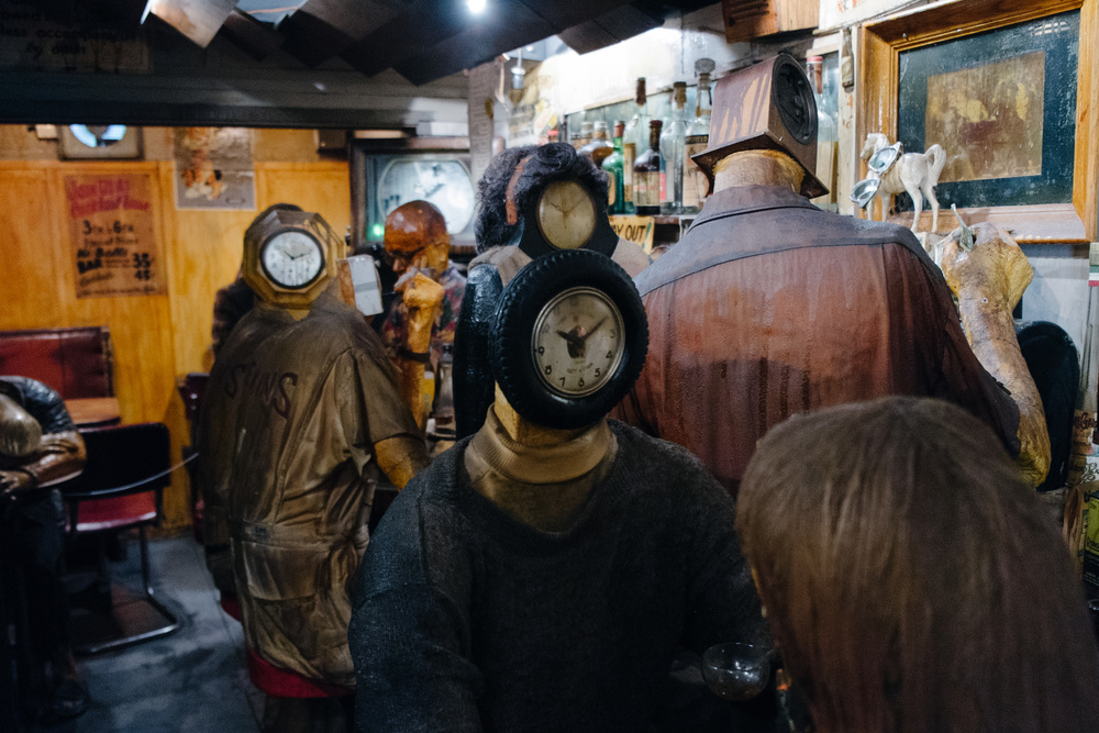 Losing time, waisting time – the heads of people in the pub always shows 10:10