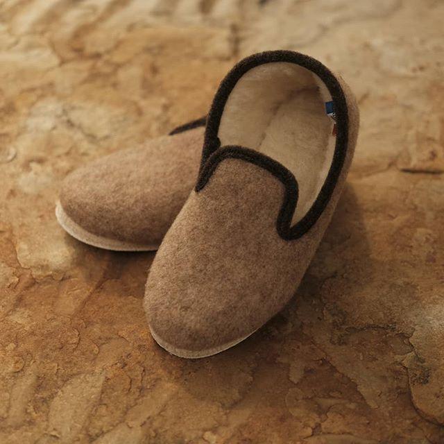 Laissez-vous porter par les authentiques charentaises en laine ! Vos hivers (et vos printemps, étés et automnes) n'en seront que plus doux 🎄🎁