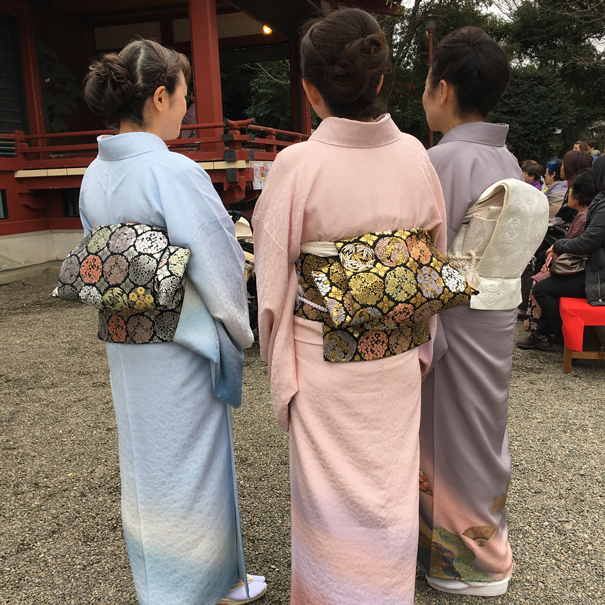 A lesson in how to dress and tie your kimono belt.