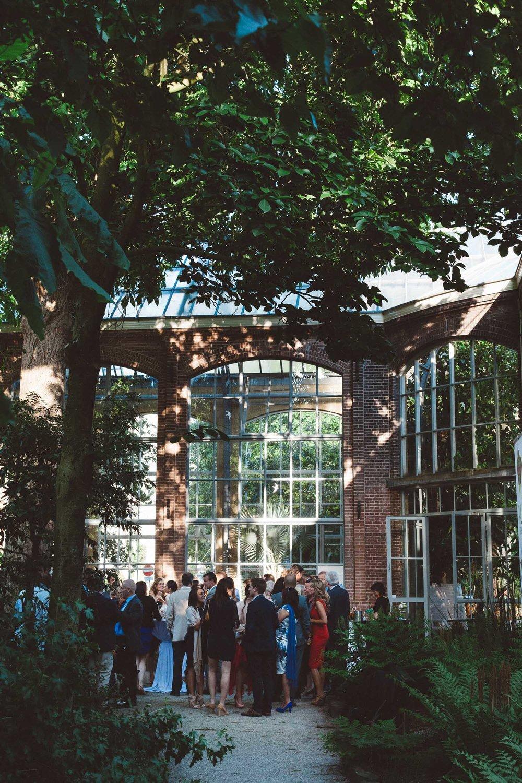Wedding-photography-trouwfotografie-huwelijksfotograaf-Hortus-Botanicus-Amsterdam-On-a-hazy-morning-26.jpg