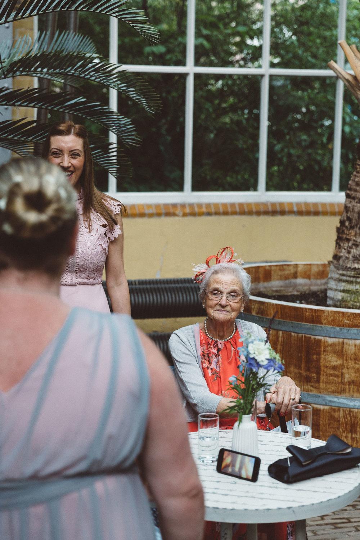 Wedding-Bethan-and-Mike-Hortus-Botanicus-photography-On-a-hazy-morning-Amsterdam014.jpg