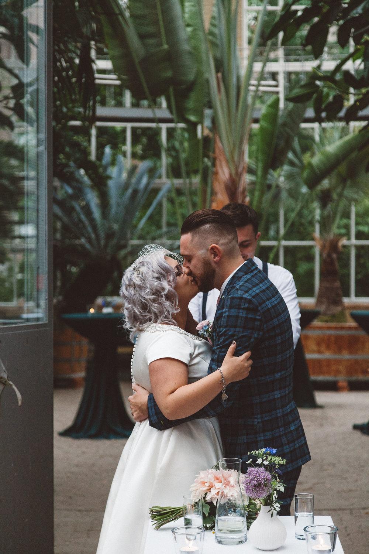 Wedding-Bethan-and-Mike-Hortus-Botanicus-photography-On-a-hazy-morning-Amsterdam089.jpg