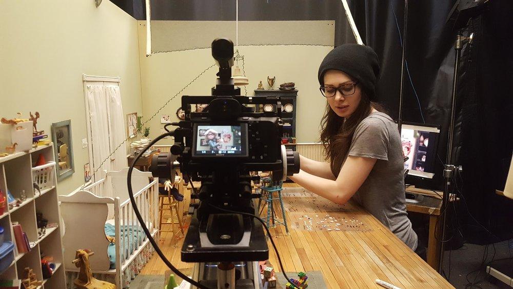 ALEXANDRA LEMAYAnimatrice d'ateliers - Alexandra est cinéaste indépendante d'animation se spécialisant en effets spéciaux et en animation stop-motion. Diplômée de l'université Concordia et du Collège Sheridan, elle travaille maintenant sur ses projets personnels et d'autres au service de musées, productions cinématographiques et publicitaires. Elle écrit, réalise, fabrique et anime.Son expérience en tant qu'apprentie sélectionnée par l'Office national du film du Canada lui a permis de réaliser le court-métrage ALL THE RAGE (2014), présenté dans plusieurs festivals, dont le Festival international du film d'animation d'Ottawa. Il a également été nommé dans la catégorie du meilleur court métrage au Gala Québec cinéma (2016). Toujours avec l'ONF, elle a récemment terminé le court métrage FREAKS OF NURTURE (2018), inspiré de son parcours personnel hors-norme.Elle travaille présentement à la pige sur plusieurs projets publicitaires, cinématographiques et académiques.