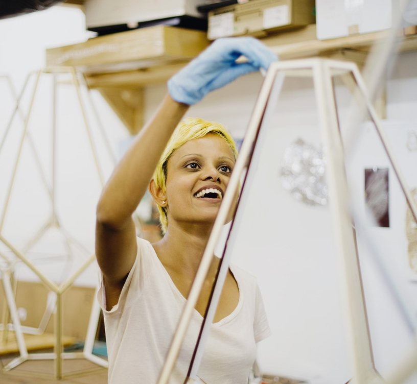 PAVITRA WICKRAMASINGHEAnimatrice d'ateliers - Pavitra est une artiste multidisciplinaire de Montréal. Elle dessine, sculpte, produit des vidéos et crée des installations animées par la lumière et les ombres. Elle travaille présentement sur un projet traitant des notions du voyage et de la fluidité du lieu et de la mémoire. Les oeuvres de Pavitra ont été présentées au Québec, au Canada et à travers le monde. Elle a aussi travaillé comme administratrice en centres d'artistes ainsi qu'en tant qu'enseignante en arts aux universités Concordia et d'Ottawa. Pavitra a grandi au Sri Lanka, vécu et travaillé à travers le Canada, l'Europe, jusqu'en Corée du Sud.