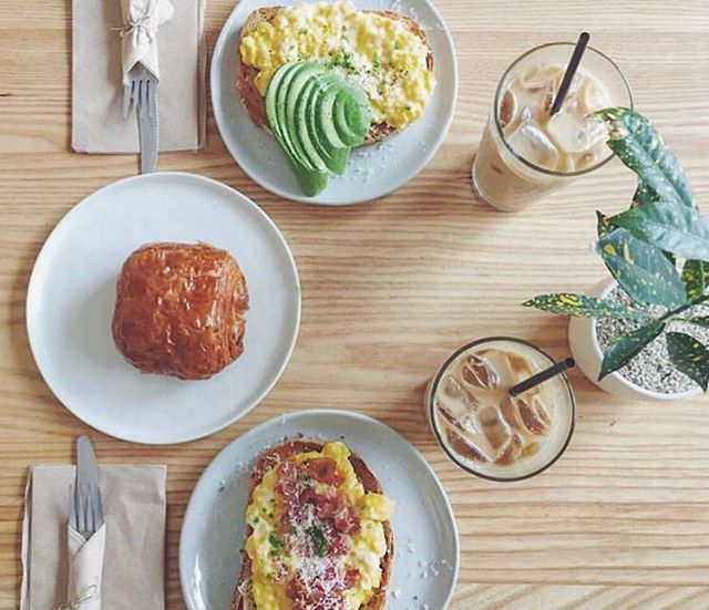 Components of a good morning :) ☀️🍴🍳🥓🍞🥑🌿 pc: @ra___ca