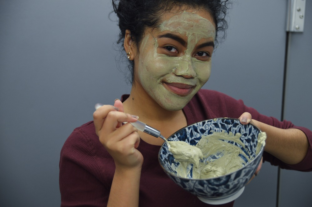 Who doesn't love a face mask that you can make with ingredients you already have at home? Keep reading, I'll show you how to! EDIT: Photos of me weren't taken by me!