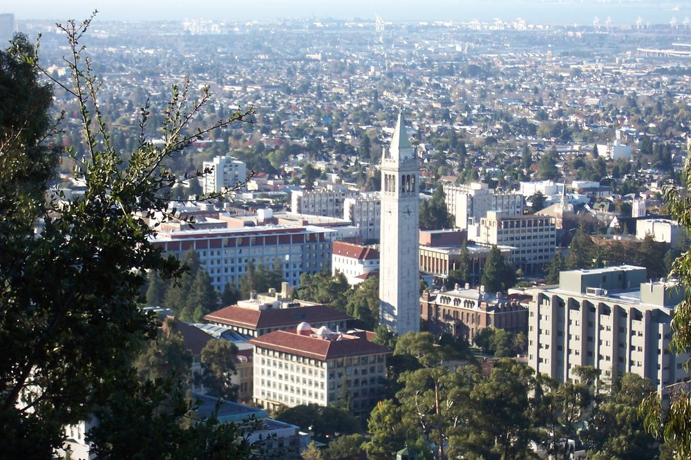 Overview of the University of California, Berkeley campus from the Berkeley Lab, from up the hills and south-westward. California, USA. Photo: by User:Introvert (Own work) [CC BY-SA 2.5 (http://creativecommons.org/licenses/by-sa/2.5)], via Wikimedia Commons