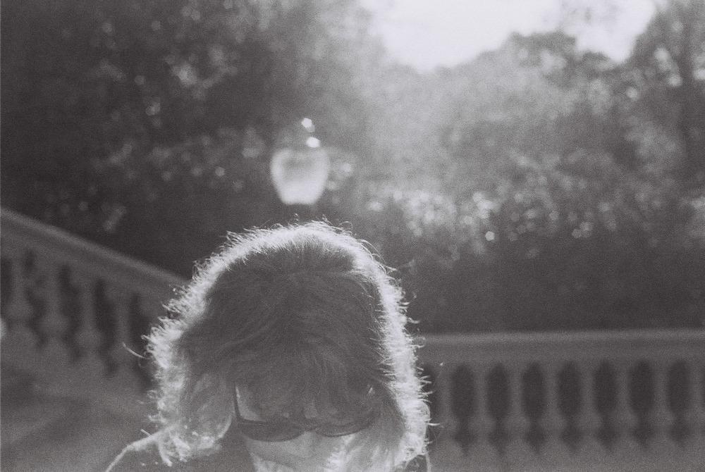 El alter ego de Léa Mével nos lleva por caminos dulces y de canciones hechas a medida, como un perfecto cocktail de melodías y sensualidad.