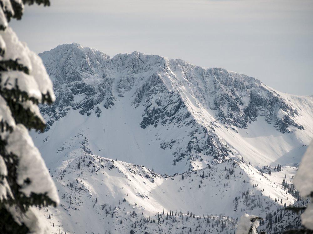 Sharp_Rocky_Cascade_Mountain_Range_Cliffs_Covered_in_Winter_Snow.jpg