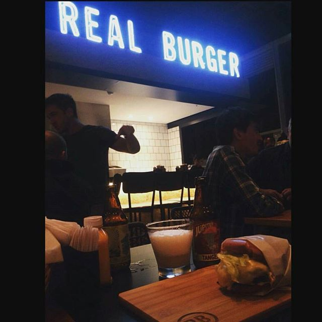 Quinta-feira, dia de Real Burger!! Vem que tem! 🍔🍺👌 Click by @kleberamarques