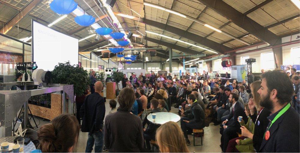 Sfeerbeeld van de opening van de makathon in de 3DMakersZone in Haarlem — Foto: Berry Groenendijk (DOON)