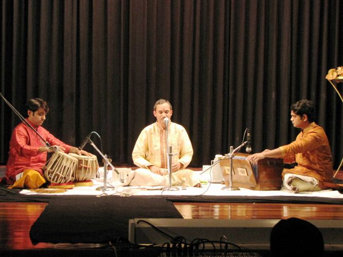 Chandrashekhar Vaze with the musicians.jpg
