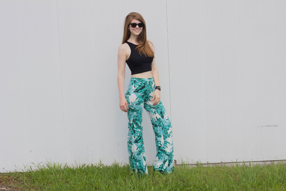 le tote jack palm printed high waisted pant, black crop tank, bp black wedges, black rounded rayban wayfarers, kendra scott skylar earrings, travel style, resort wear