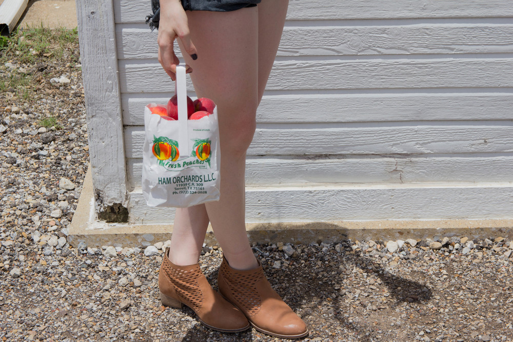 one teaspoon bandits shorts,  gap baby tee, fresh peaches, pick peaches in texas, ham orchards, terrell texas