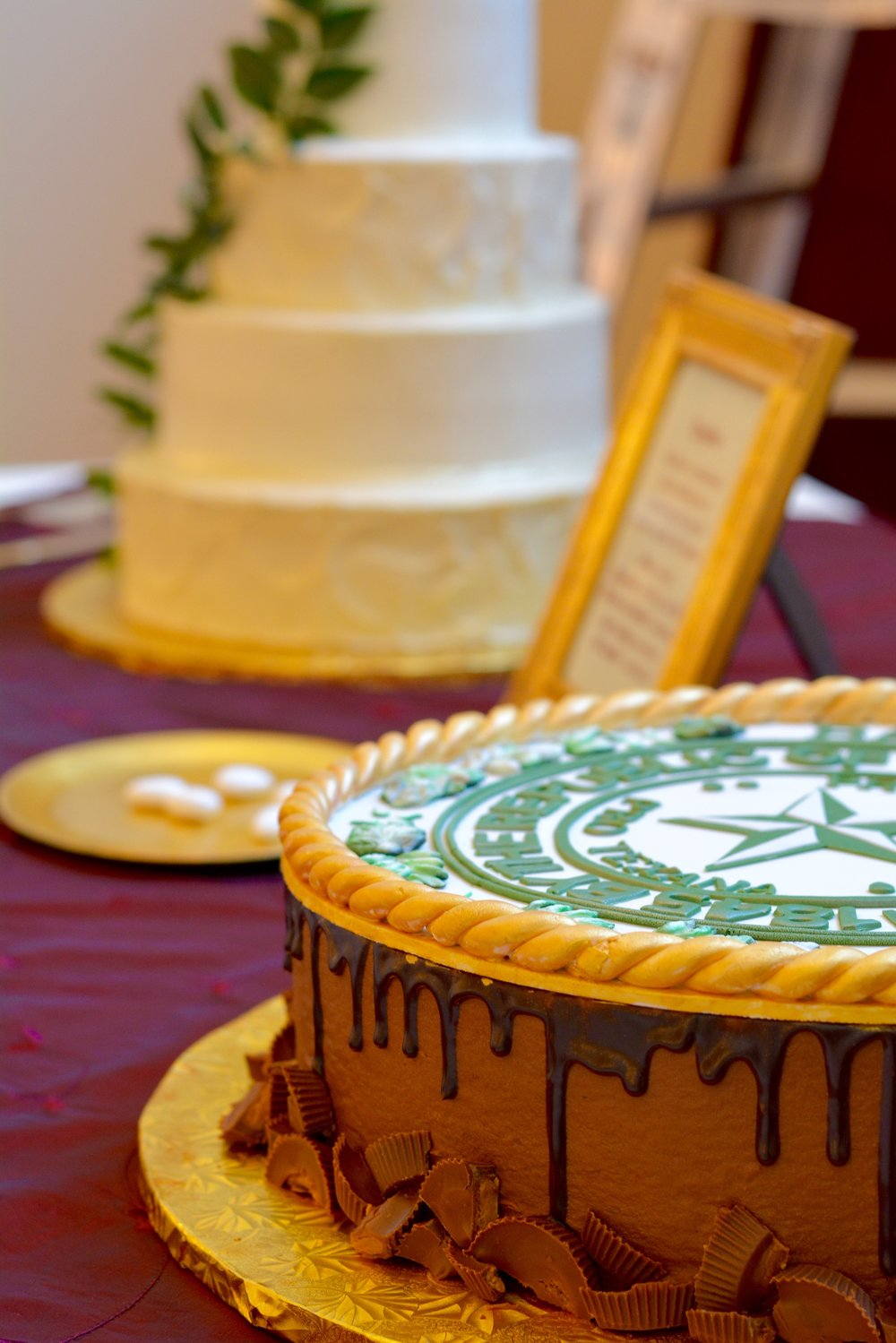 dallas wedding cake bakeries, annie's culinary creations, wedding cakes, baylor grooms cake, baylor seal cake, chocolate peanut butter cake, champange cake, gold and white cake with greenery, bakery in dallas, heidi lockhart somes photography, greek koufeta