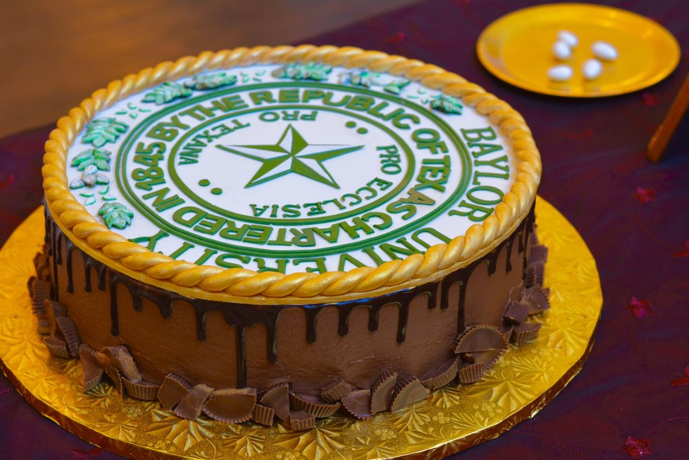 dallas wedding cake bakeries, annie's culinary creations, wedding cakes, baylor grooms cake, baylor seal cake, chocolate peanut butter cake, champange cake, gold and white cake with greenery, bakery in dallas, heidi lockhart somes photography