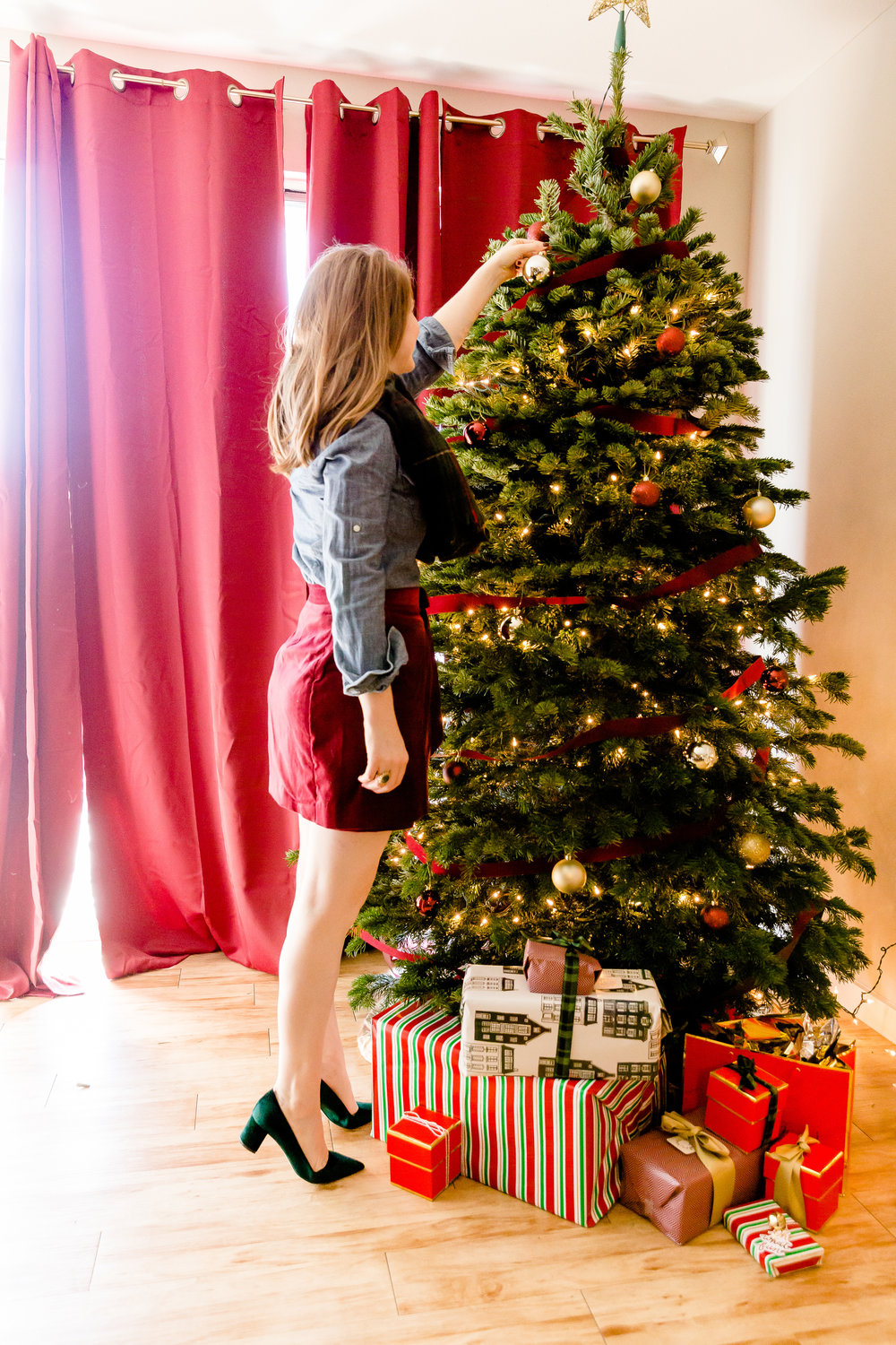 madison katlin photography, home christmas decor ideas, christmas decor for small apartments, hearth and hand target, sugar paper los angeles, lauren james bow skirt, abercrombie denim shirt, plaid blanket scarf, j crew avery velvet pumps, savvy's christmas trees