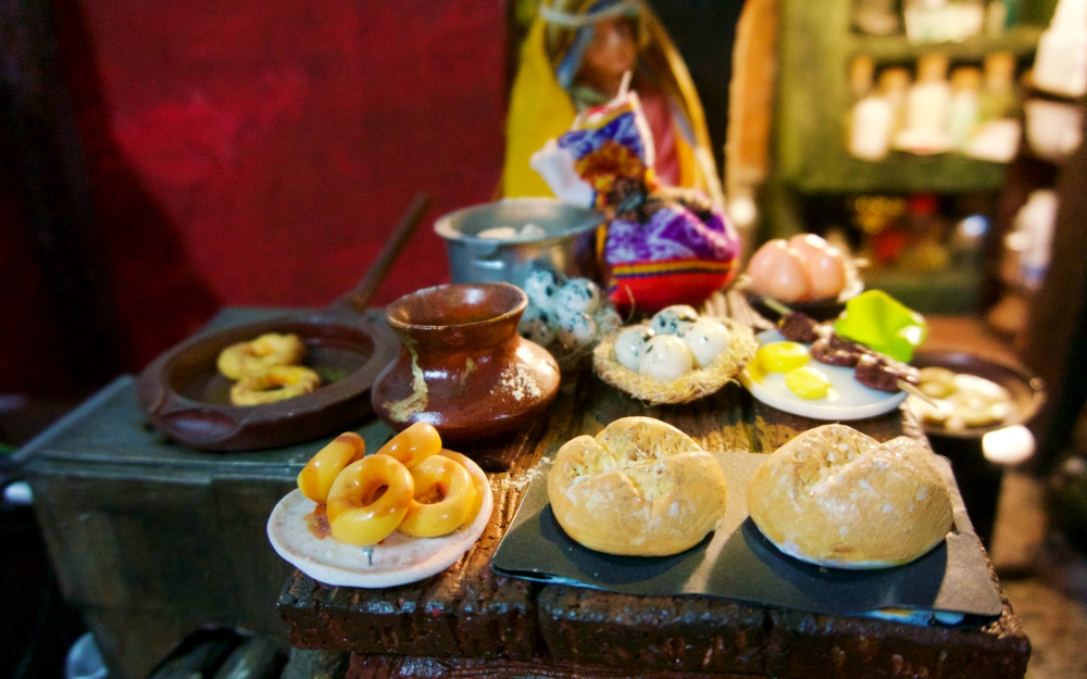 His display depicts the traditional life and culture of Huaraz. This is a typical breakfast vendor serving picarones, quail eggs, anticuchos and bread.