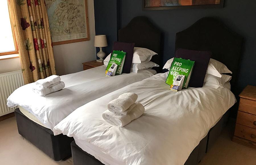 BEDROOM 5 Twin beds or zip-linked king size bed with en-suite bathroom