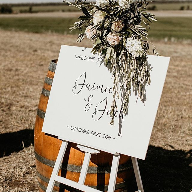 Welcome... 📸 @edwinarobertson  #realwedding #welcome #signage #countrywedding #bluewillowweddings
