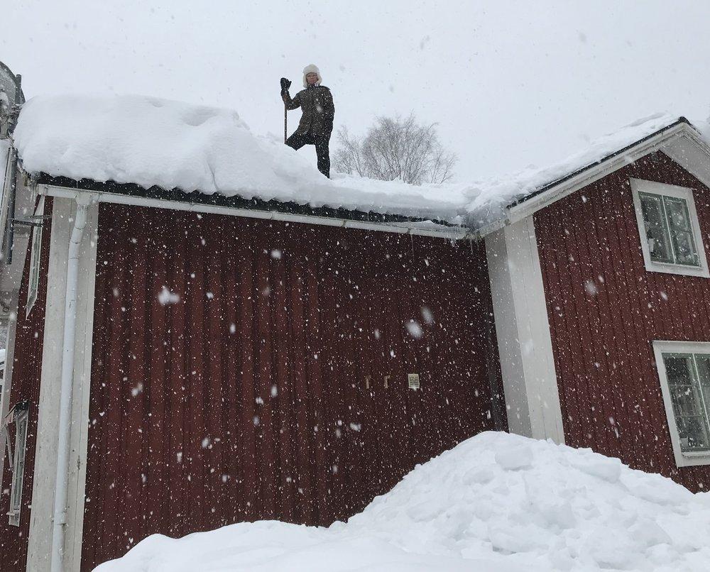 Min fru, Annelie på taket.