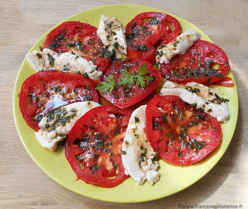 Salade tomate - mozza (recette végétalienne)