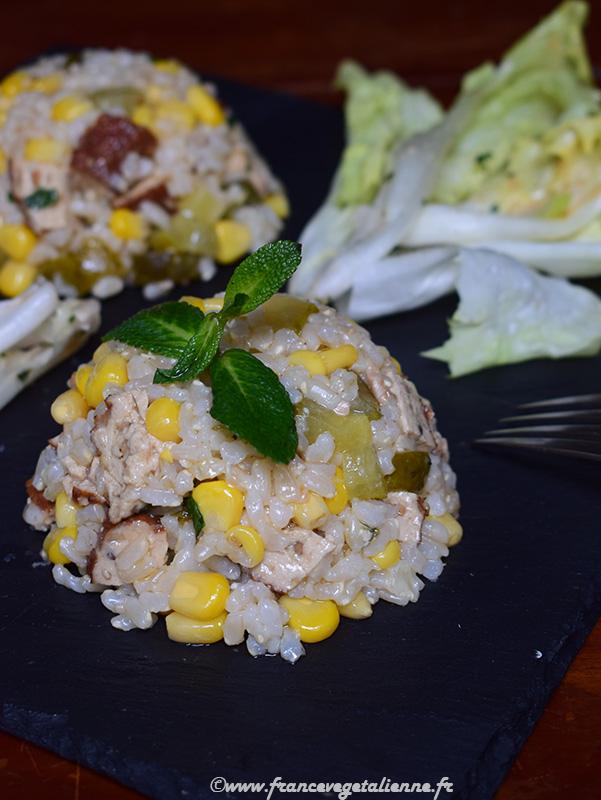 Salade de riz au tofu fumé et cornichons (recette végane)