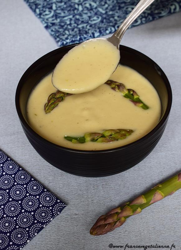 Velouté d'asperges blanches, décoration pointes d'asperges vertes (vegan)