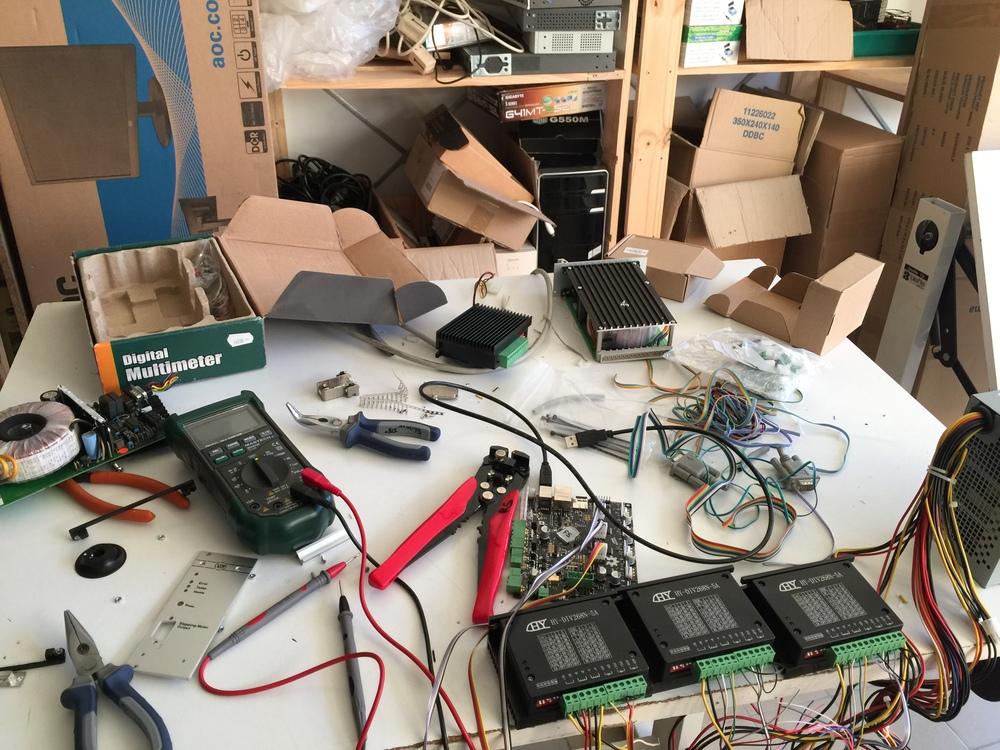 Dans un hackerspace, il ne faut pas s'attendre à rencontrer la fée du rangement...