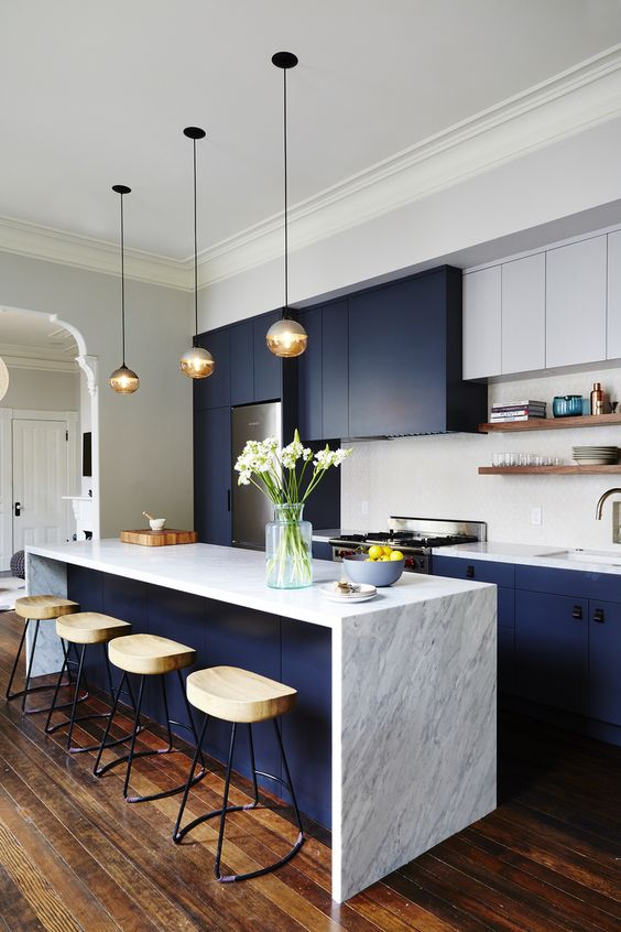 Tasteful kitchen with navy units, a match made in heaven against the marble and natural materials | Image: Pinterest