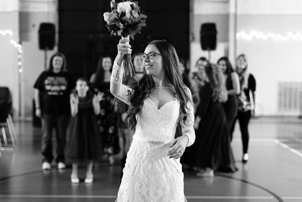 bridal-bouquet-toss