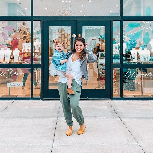 We had such a fun morning hanging out at @kendrascott! Thanks to all of you who came to shop with us - it's never a bad morning when there's friends, champagne, and jewelry involved. 🍾💎 #kendrascott #kendrascottwichita P.S. Screenshot this pic to shop it via @liketoknow.it! http://liketk.it/2BI90 #liketkit @liketoknow.it.family
