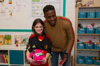 Evy, het meisje dat kanker overwon, is dolblij om haar favoriete Rode Duivel te ontmoeten.-Mine Dalemans