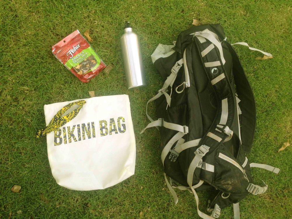 Lo necesario incluyendo el Bikini Bag. ¡Créeme que lo vas a necesitar para cuando bajes y quieras cambiarte la ropa sudada y enlodada!