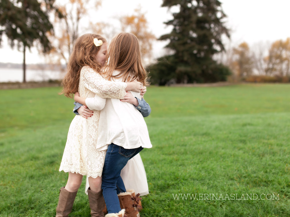 Erin Aasland Snoqualmie Childrens Photographer Sisters Hugging
