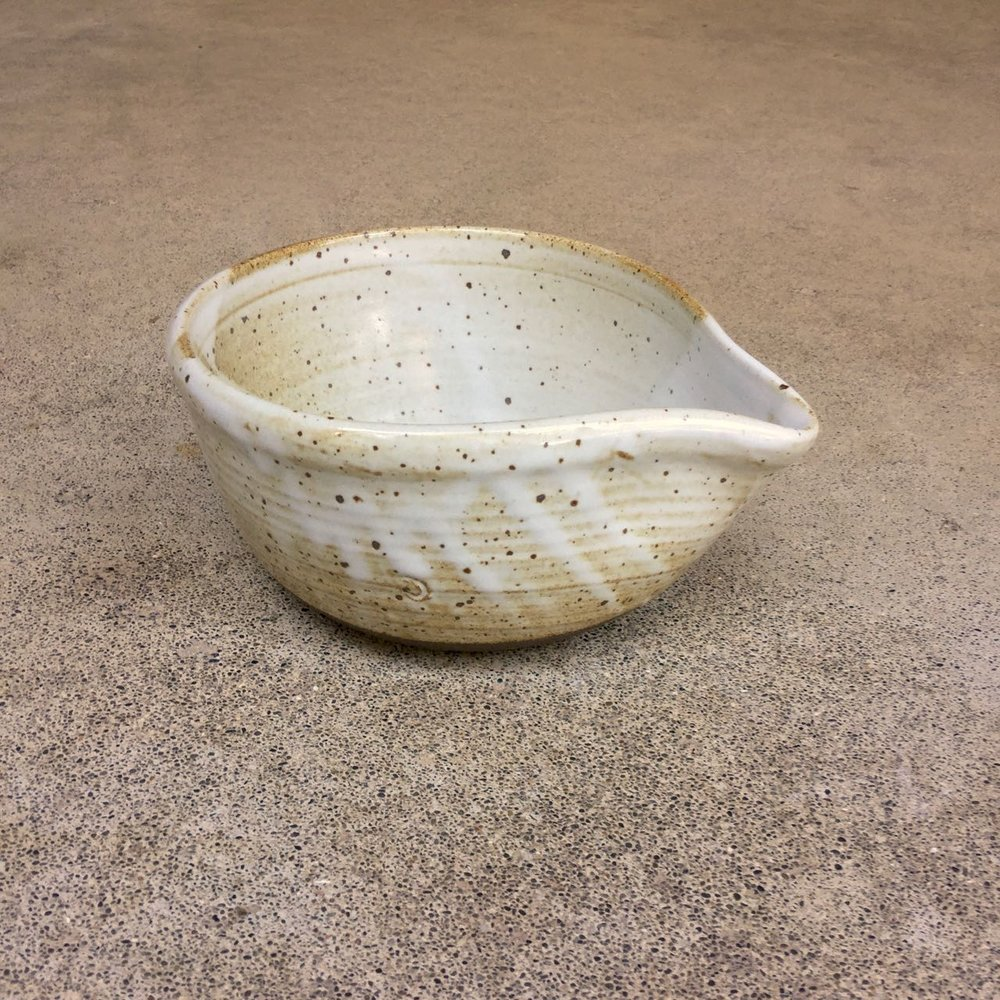 820 Spouted pouring bowl side 2.jpg