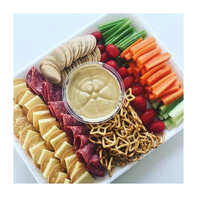 What are your essentials for a kids nibbles platter? We love the look of this one by @yummyintheirtummy ✌️