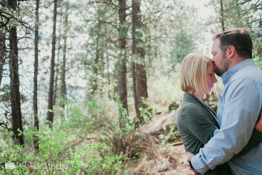 Bend, Oregon Lifestyle Wedding Photographer -  The Suitcase Studio - Engagement Photos at Big Eddy - Picnic with Dog