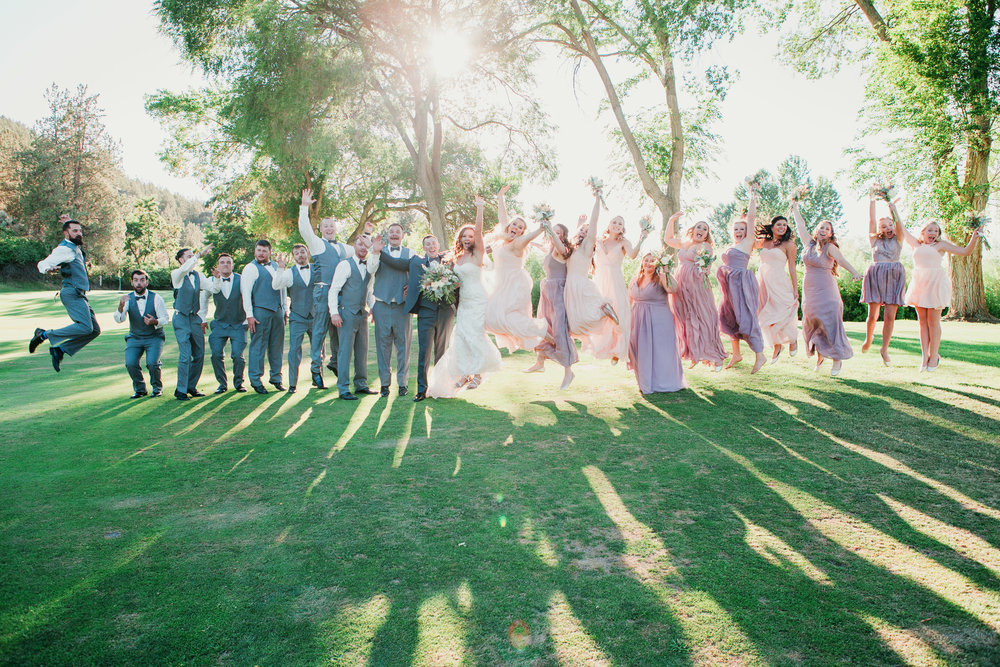 large-bridal-party-posing-bend-oregon-wedding-photographer